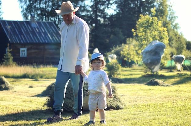 Campo de criança e avô rural