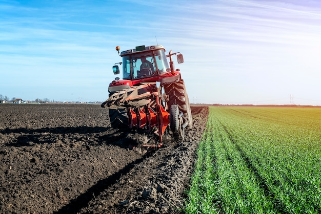 Campo de cultivo de máquina agrícola trator