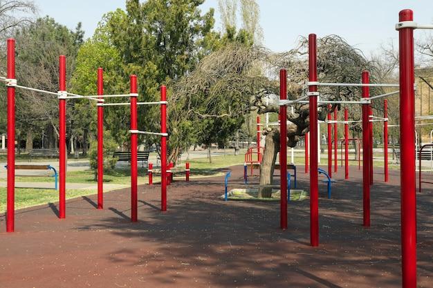 Campo de esporte no parque. dia ensolarado de primavera