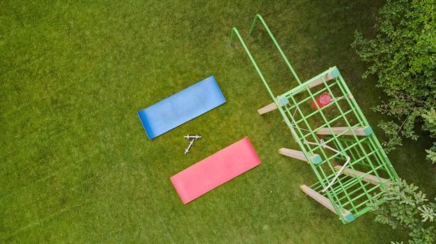 Campo de esportes e equipamentos na vista superior aérea do parque, fitness de rua, esporte e conceito de estilo de vida ativo e saudável