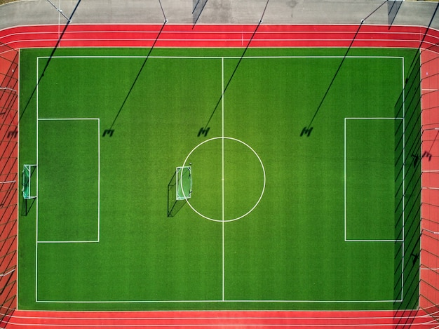 Campo de esportes vazio de cima que é fechado ao público