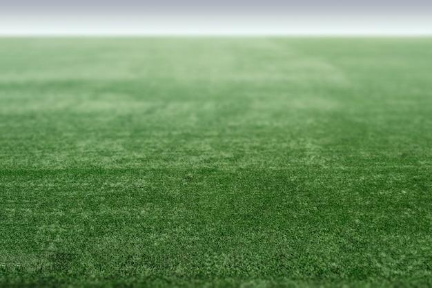Campo de esportes verde com grama artificial, perspectiva do campo de futebol.
