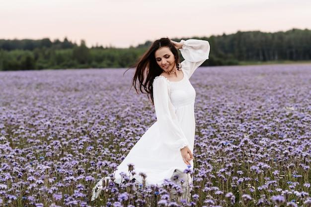 Campo de florescência de provence. a garota aproveita a vida e tem prazer
