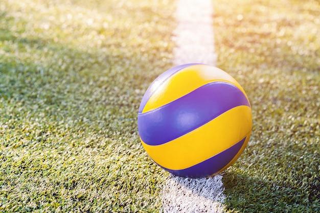 Campo de futebol com bola de futebol