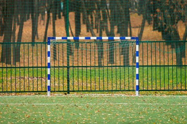 Campo de futebol com grama artificial