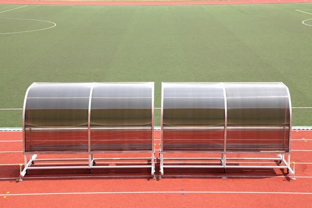 Campo de futebol de bancos de reserva