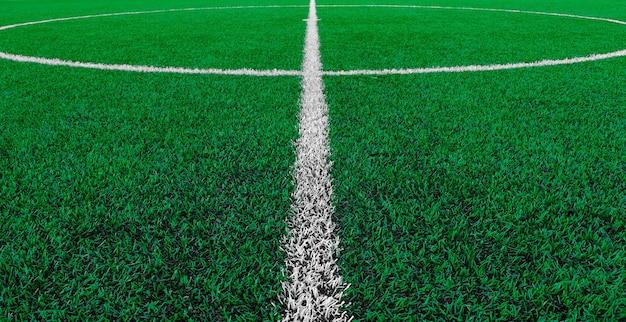 Campo de futebol de grama artificial com linha central