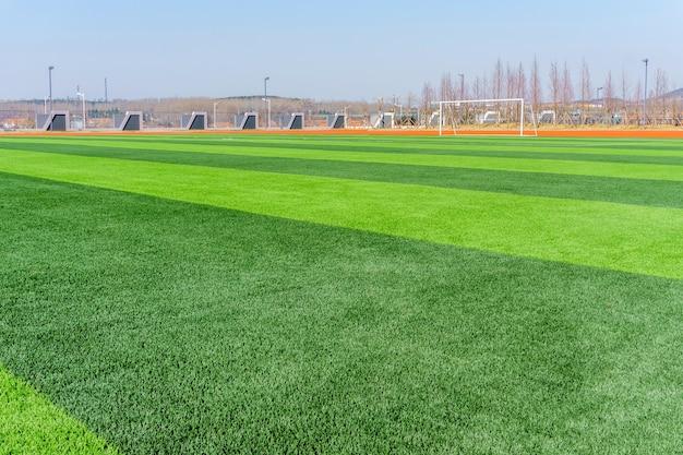 Campo de futebol e céu nublado. campo verde.