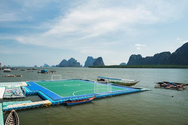 Campo de futebol flutuante na ilha de panyee, phang nga