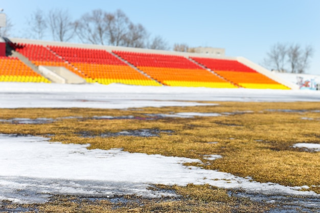 Campo de futebol relvado coberto de neve