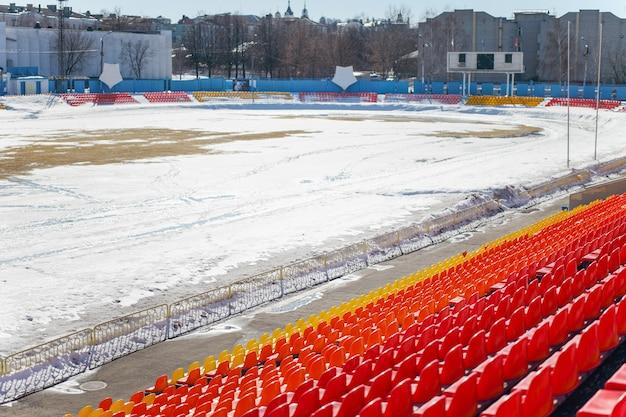Campo de futebol vazio coberto de neve ao ar livre