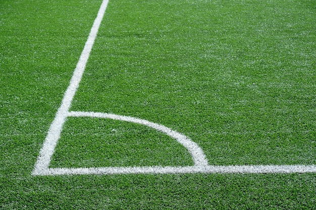 Campo de futebol verde com linhas brancas de marcação