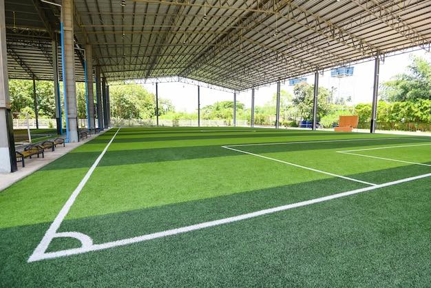 Campo de futsal com grama verde