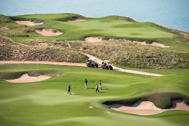 Campo de golfe com paisagem de mar. férias de verão