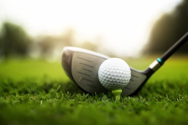 Campo de golfe verde e bola de golfe perto no campo de grama