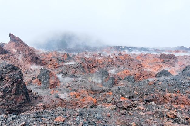Campo de lava, sinter, tufo, pedra-pomes em kamchatka