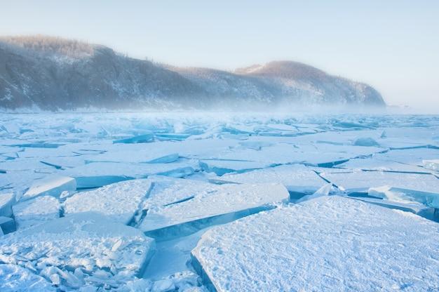 Campo de montes de gelo no lago baikal congelado com nevoeiro