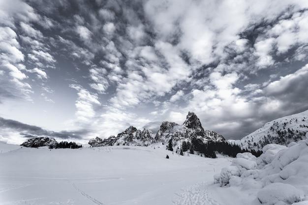 Campo de neve com montanha