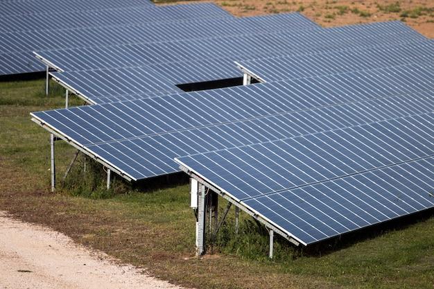 Campo de painéis solares