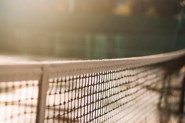 Campo de tênis com uma rede de tênis
