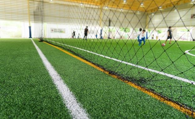 Campo de treinamento de futebol no campo de treinamento com crianças