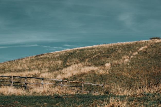 Campo gramado em um dia nublado