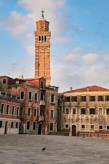 Campo san anzolo e a torre do sino da igreja de são estevão. veneza, itália
