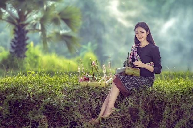 Camponesas asiáticas estão se preparando para adorar a deusa do arroz, regularmente todos os anos na fazenda.