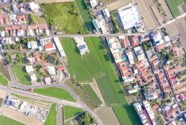 Campos com vários tipos de agricultura e vilas ao lado com poluição do ar na manhã de inverno, tainan, taiwan, vista aérea