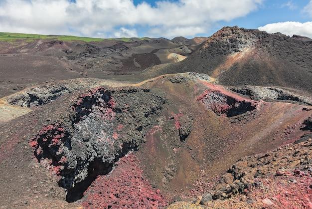 Campos de lava e minerais coloridos na cratera do vulcão