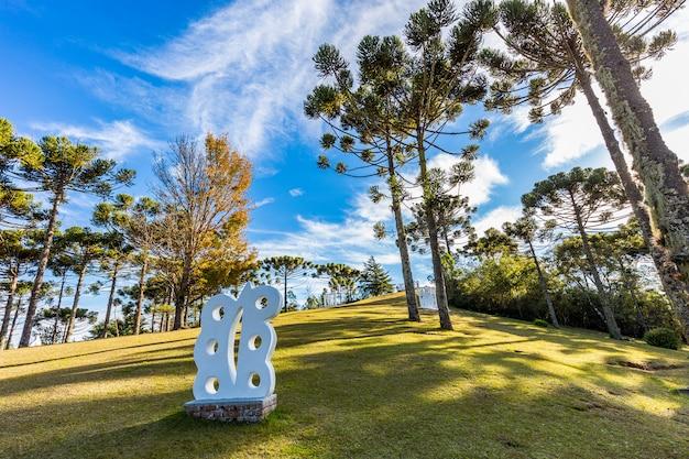Campos do jordao, brasil - 4 de julho de 2017: jardim do museu felicia lierner