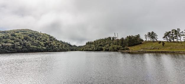 Campos do jordão, brasil. lago a caminho do pico de itapeva