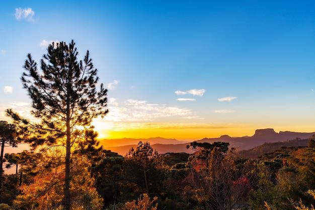 Campos do jordão, brasil. vista da pedra do bau ao pôr do sol (hora de ouro)