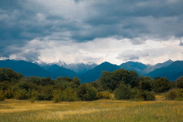 Campos nas montanhas com tempo nublado