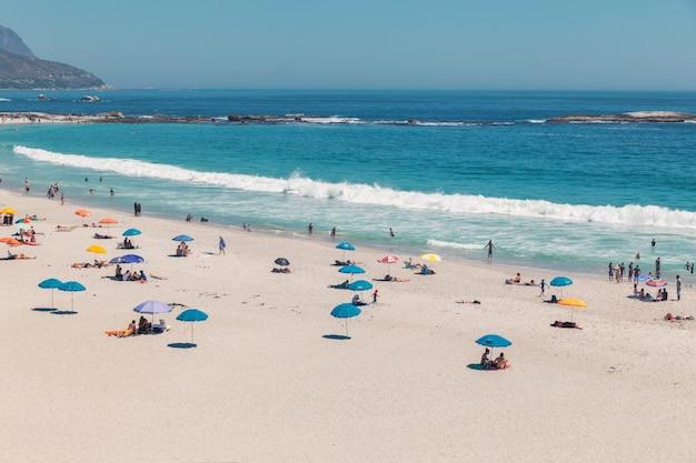 Camps bay bela praia com água turquesa e montanhas na cidade do cabo, áfrica do sul