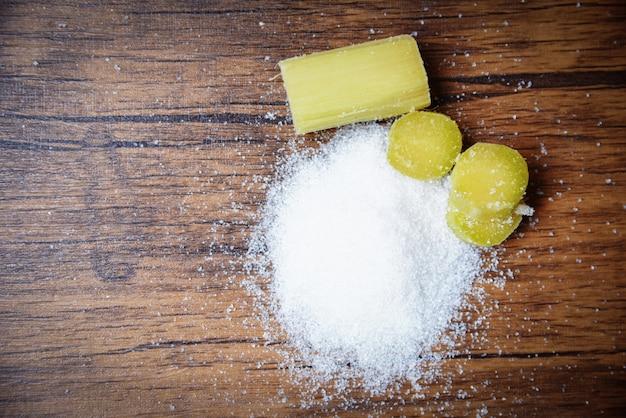 Cana de açúcar e açúcar branco em madeira rústica