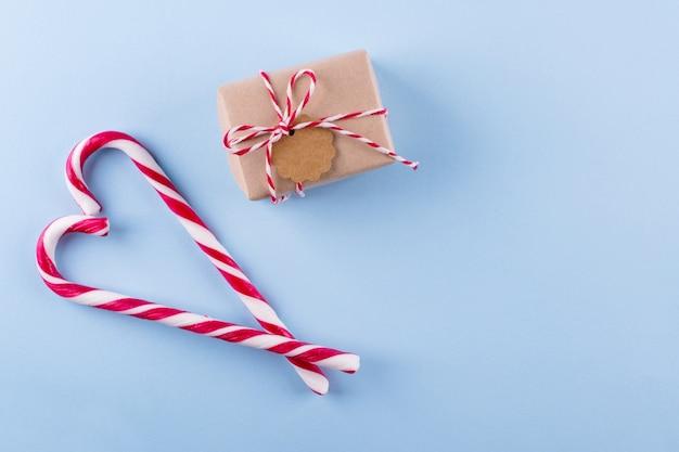 Cana-de-doces e presentes de natal vista superior