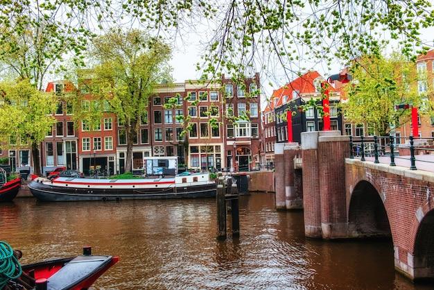 Canais de amsterdã e casas típicas.