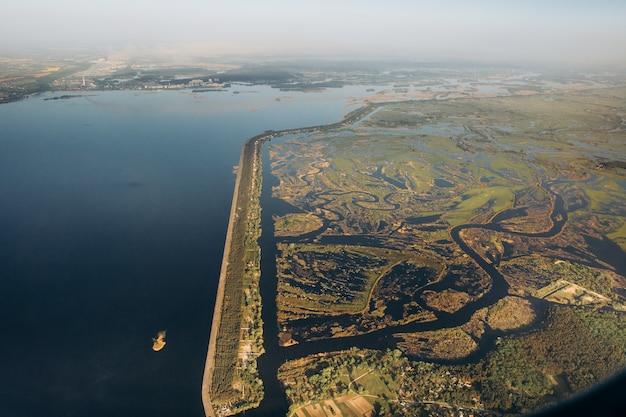 Canais de reservatório e represas artificialmente feitas por pessoas