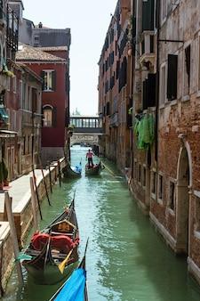 Canais de veneza durante o dia. turismo na itália.