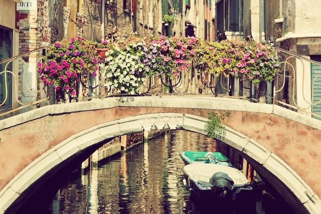 Canal com barcos