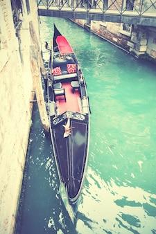 Canal com gôndola em veneza, itália. imagem filtrada de estilo retro