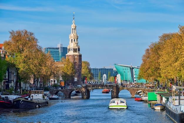 Canal de amesterdão, ponte e casas medievais