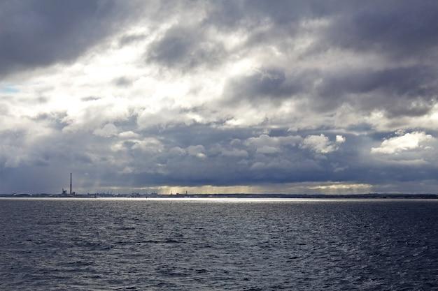 Canal de são jorge em dia nublado