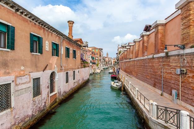 Canal de veneza com barcos