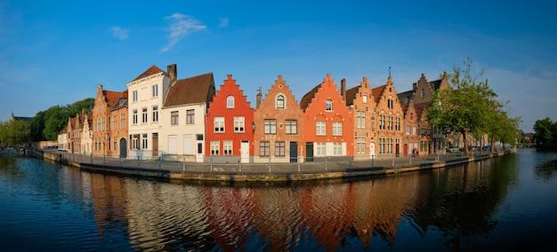 Canal e casas antigas bruges brugge bélgica