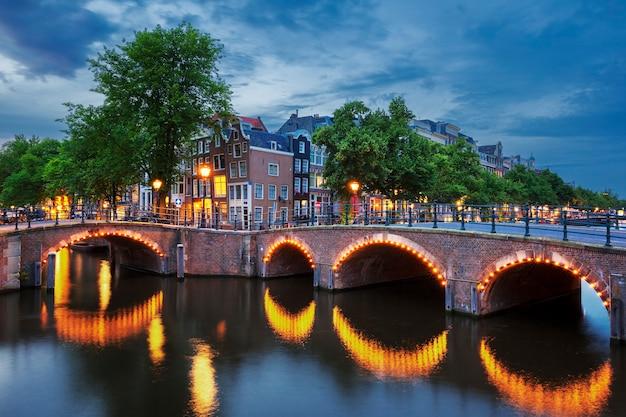 Canal e luz de amsterdã