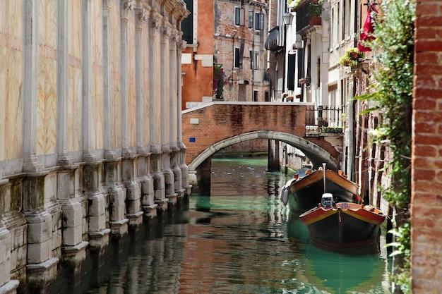 Canal e ponte em veneza