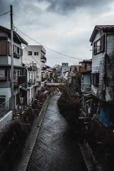Canal em linha de casas e edifícios