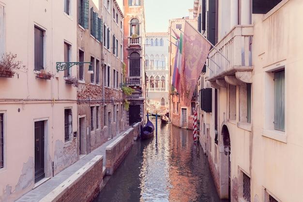 Canal estreito em veneza com gandola